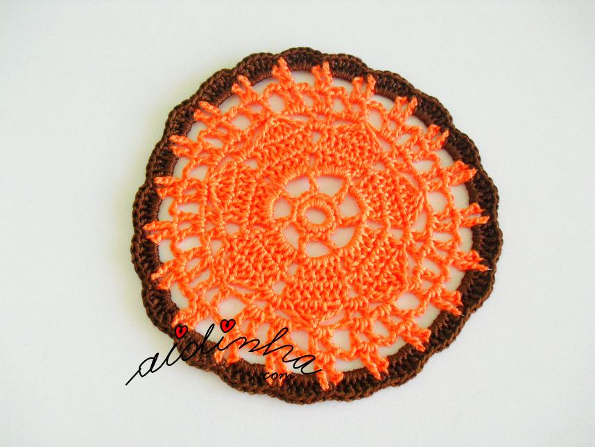 Porta-copos, de crochet, laranja e castanho
