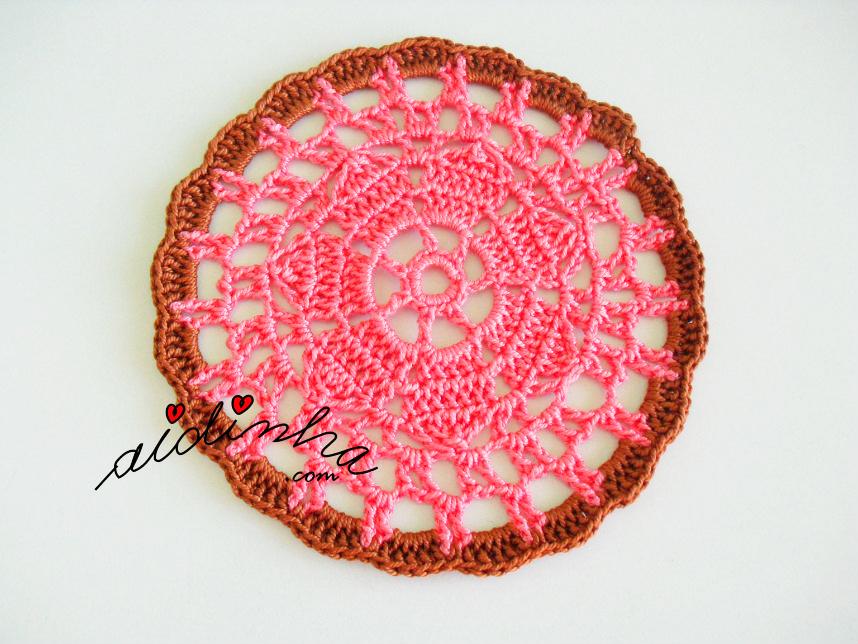 Porta copos, de crochet, rosa com castanho