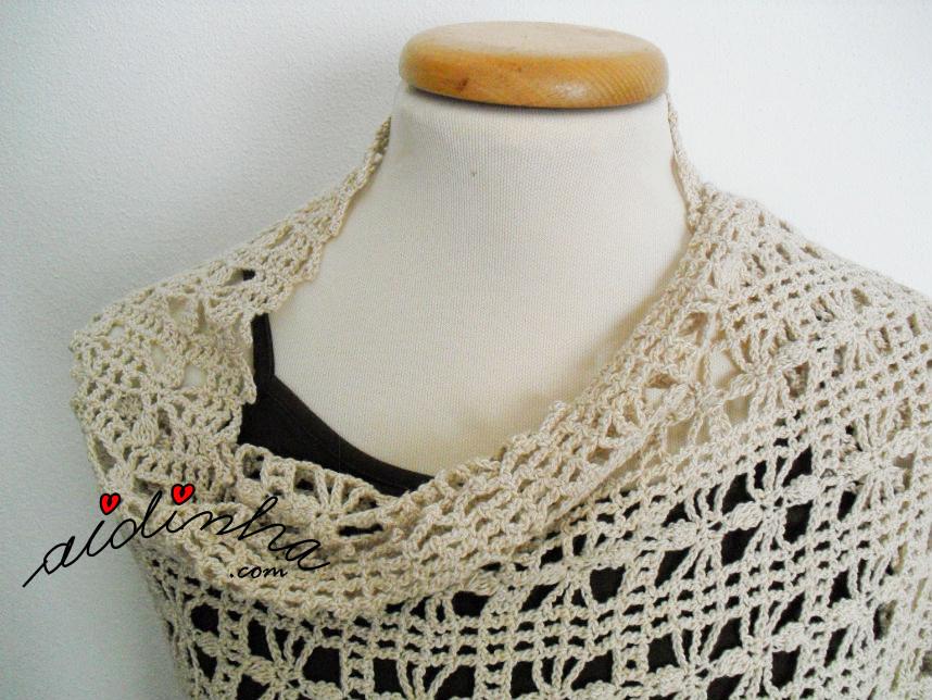 Foto da parte do decote desta estola de crochet