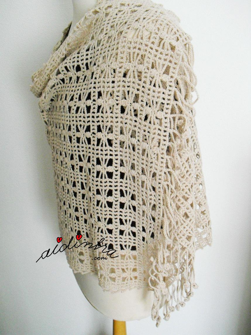 Vista de lado da estola de crochet