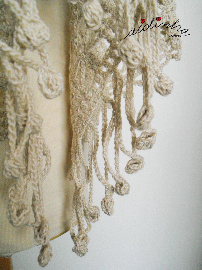 Foto da estola de crochet, de lado, e da franja