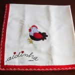Toalha de mesa, com picô de crochet em vermelho e creme