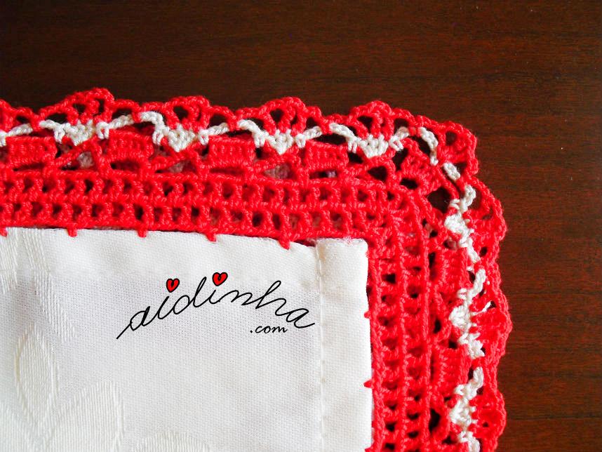 Foto do canto do picô de crochet vermelho e creme
