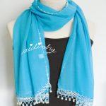 Écharpe turquesa costumizada com crochet e pérolas