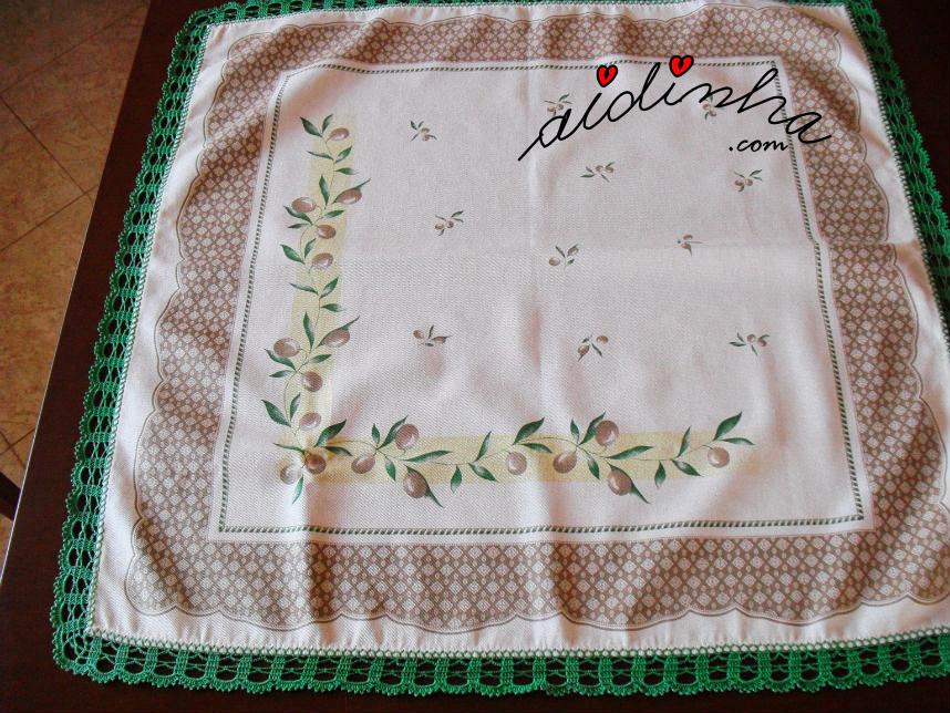 Vista geral da toalhinha com picô de crochet verde