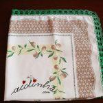 Toalha de mesa creme, com crochet em volta na cor verde