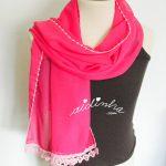 Écharpe rosa, costumizada com crochet nas pontas