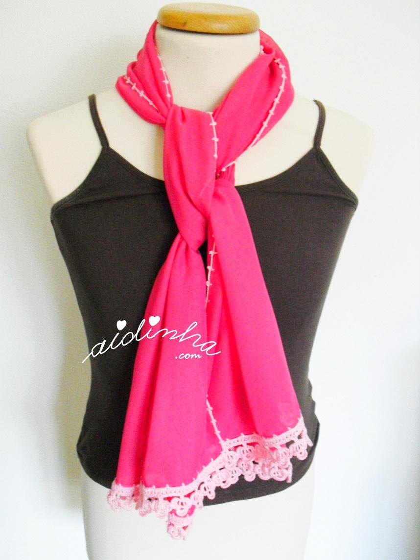 Outra colocação da écharpe rosa, com crochet.