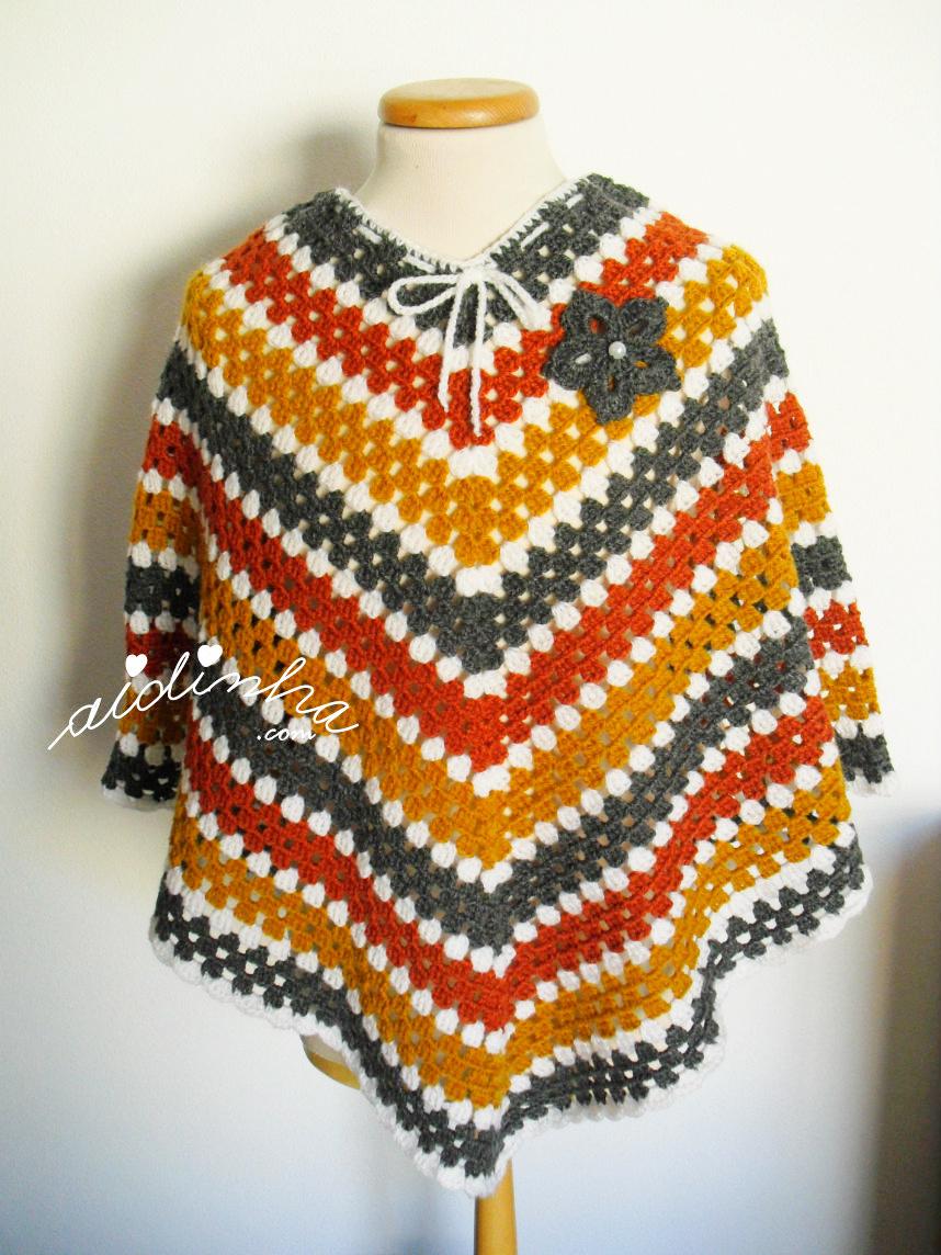 Outro foto do poncho de crochet, com quatro cores