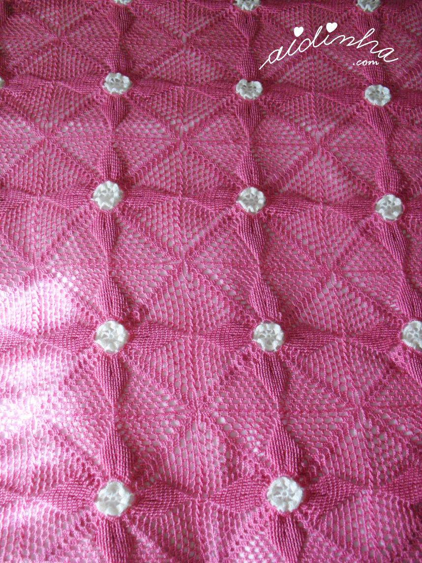 Vista geral da manta ou colcha de crochet para bebé