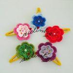 Conjunto, em crochet, de ganchos para cabelo ou tic-tacs com flores coloridas
