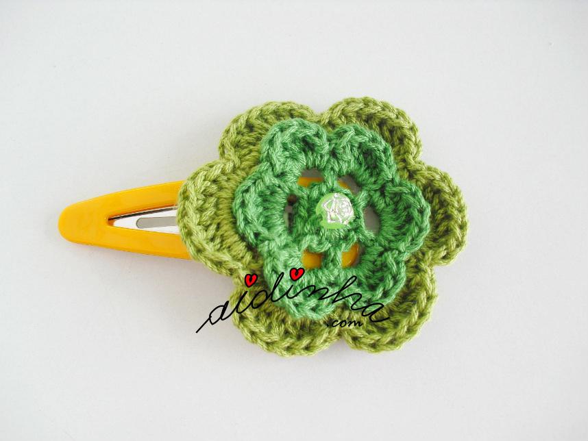 Gancho com flor de crochet em dois tons de verde