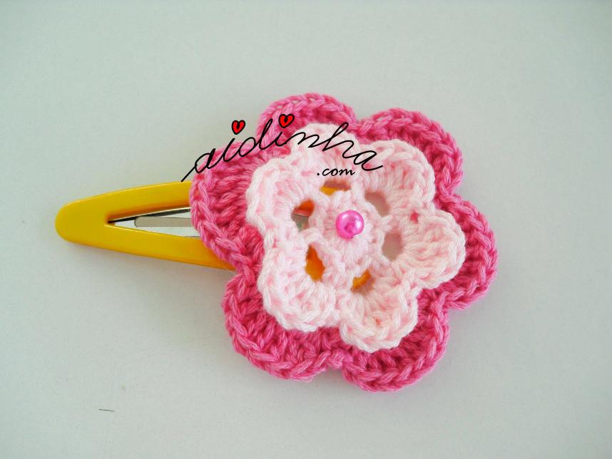 Gancho com flor de crochet em dois tons de rosa