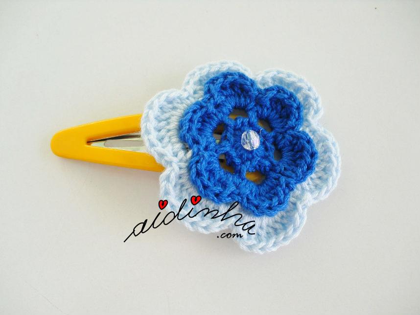 Gancho com flor de crochet e dois tons de azul