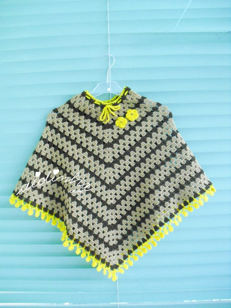 Poncho infantil, de crochet, com franja de pufs amarela