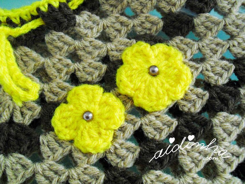 Foto das flores de enfeite do poncho de crochet