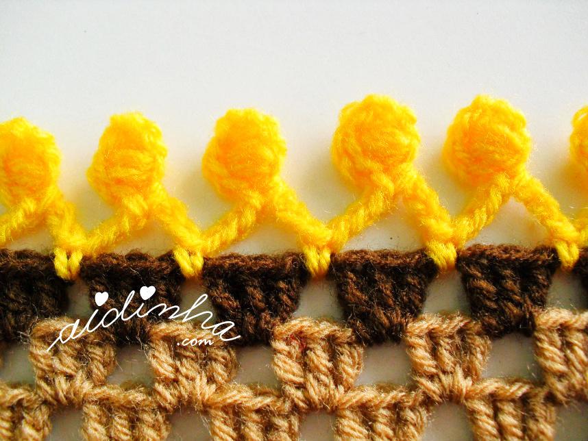 Foto da franja com pufs de crochet