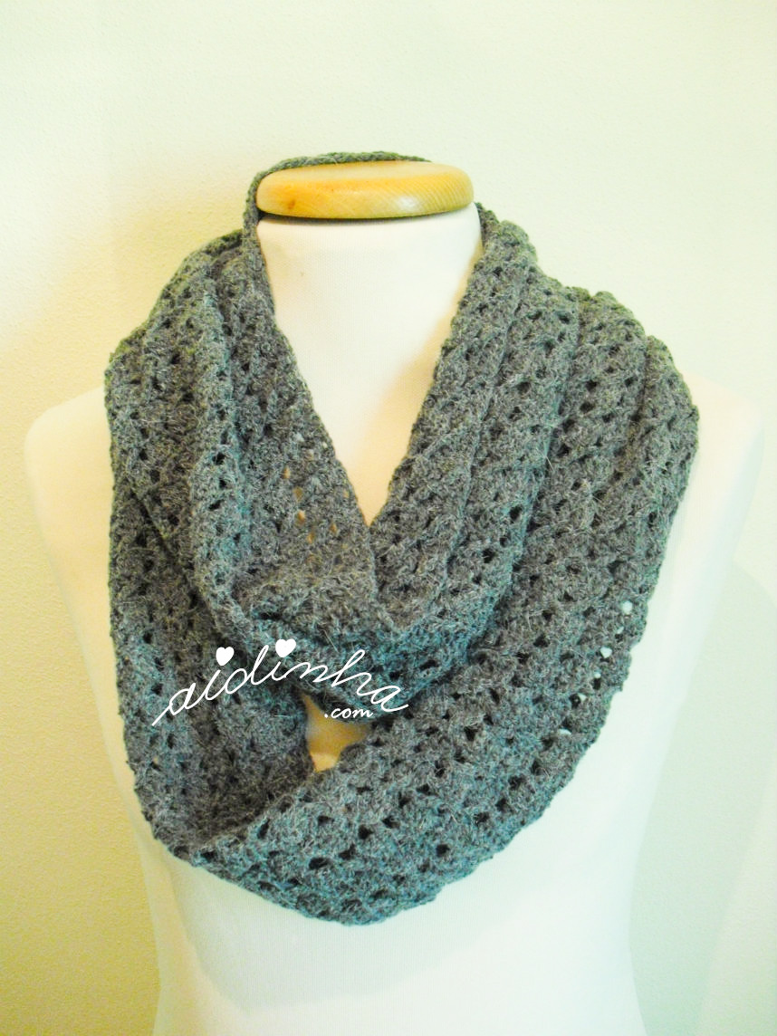 Foto da gola de crochet, cinza, com duas voltas