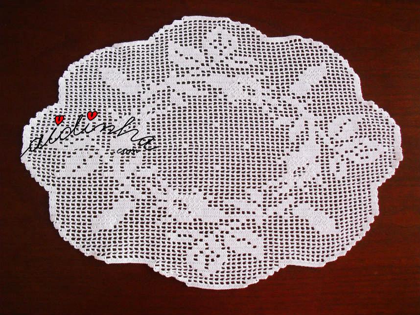 Foto do naperon de crochet, com coroa de botões de rosa