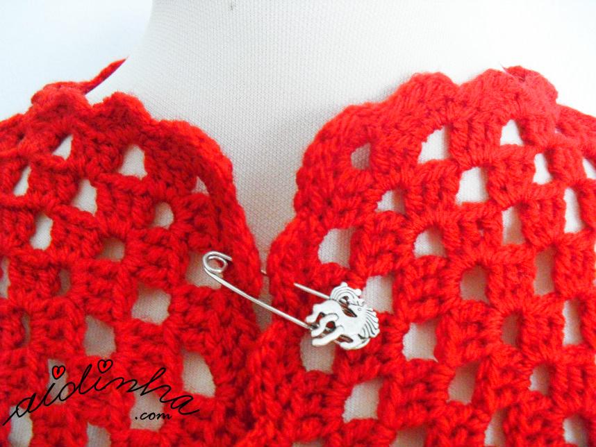 Foto do decote do casaco vermelho de crochet