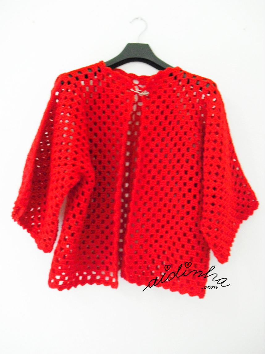 Vista geral do casaco vermelho de crochet