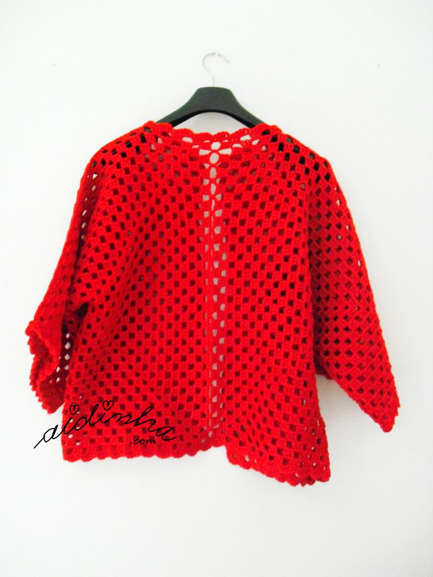 Vista geral do casaco vermelho de crochet, detrás