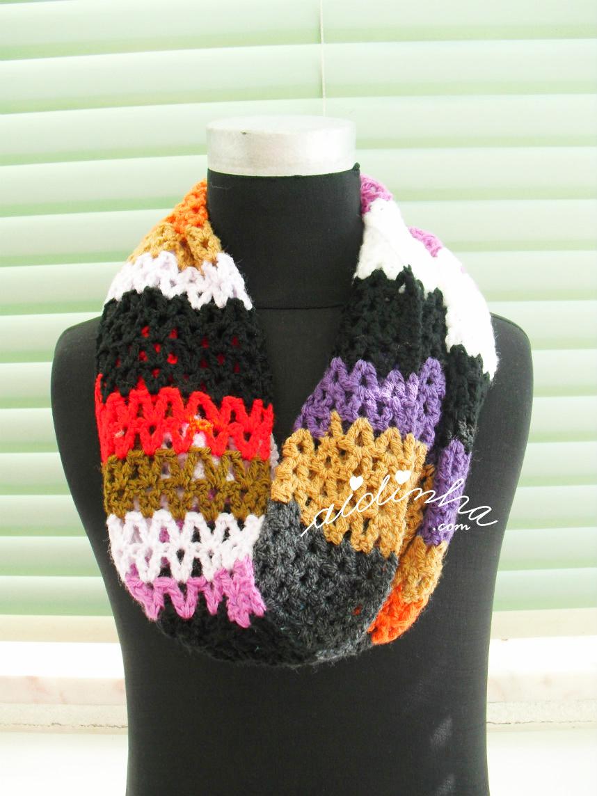 Outra foto da vista geral da gola multicolorida, de crochet