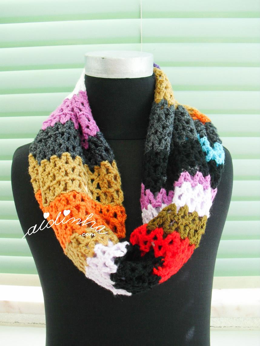 Foto da gola multicolorida em crochet