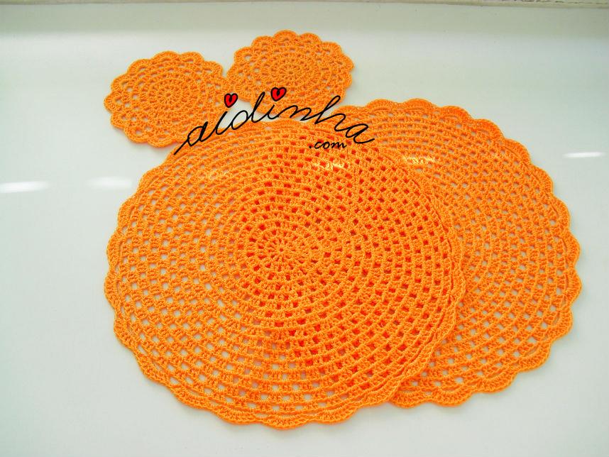 Conjunto de individuais e porta-copos em crochet, laranja