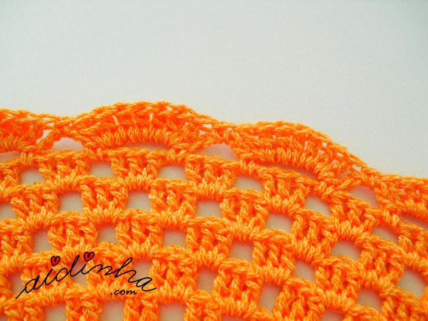 Foto da última volta do individual de crochet, laranja