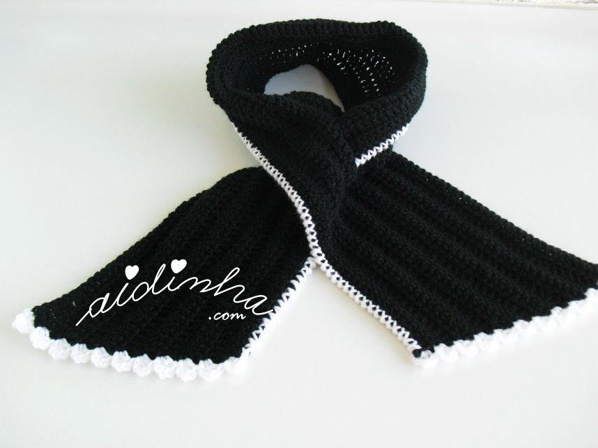Outra foto da gola de crochet, preta com picô branco