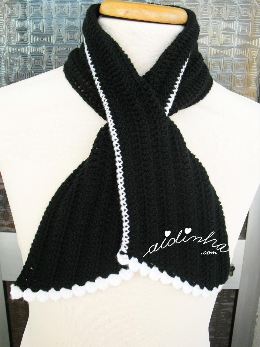 """Gola """"Graciosa"""", em crochet, preta com picô branco"""