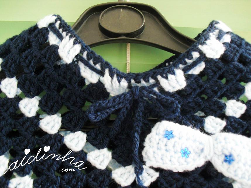 Foto do decote do poncho infantil, azul