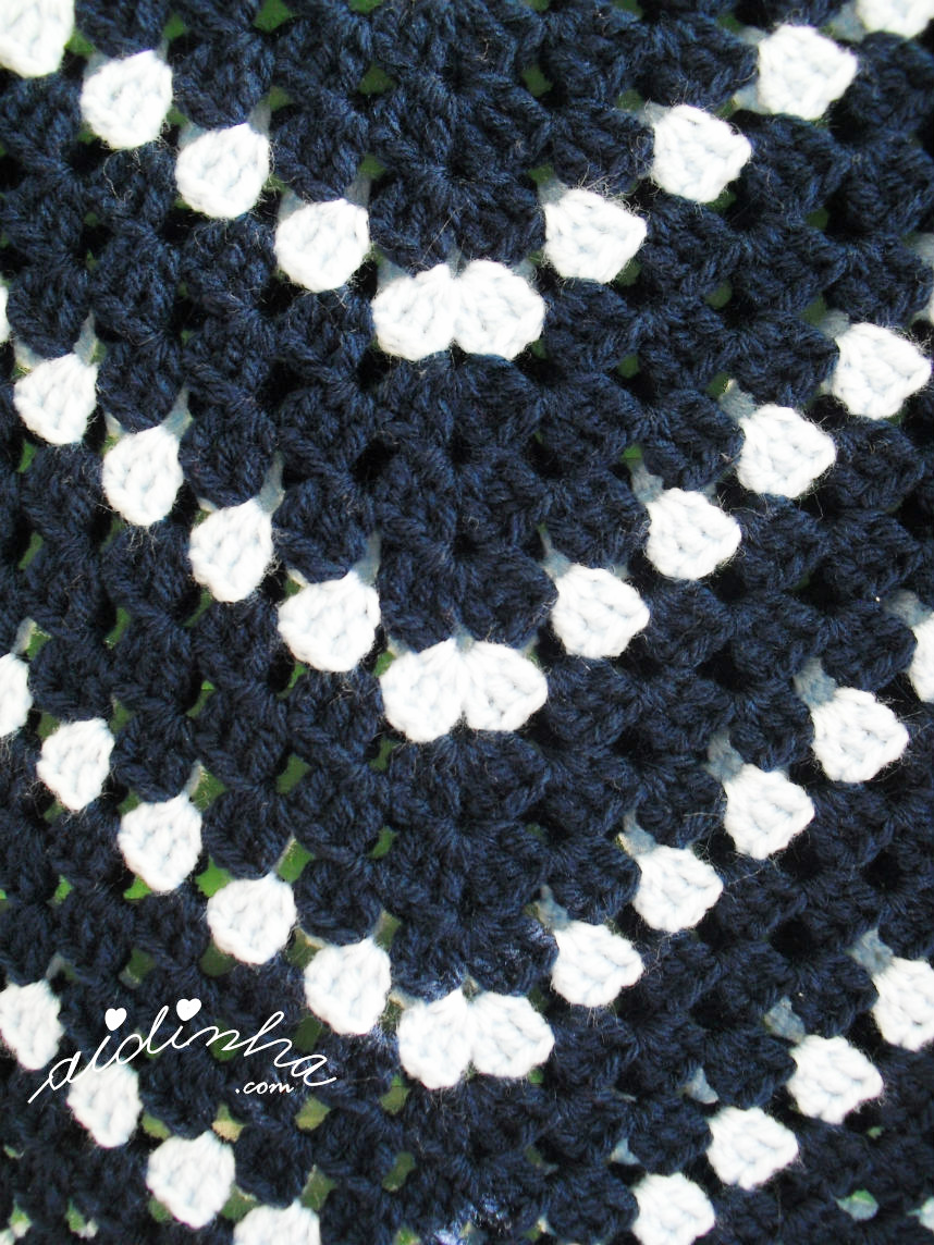 foto do ponto de crochet do poncho azul