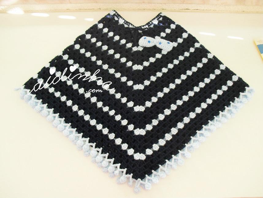 Vista geral do poncho infantil de crochet