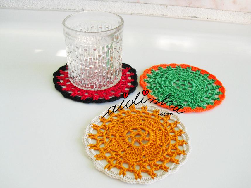 Outra foto do conjunto de porta copos, de crochet