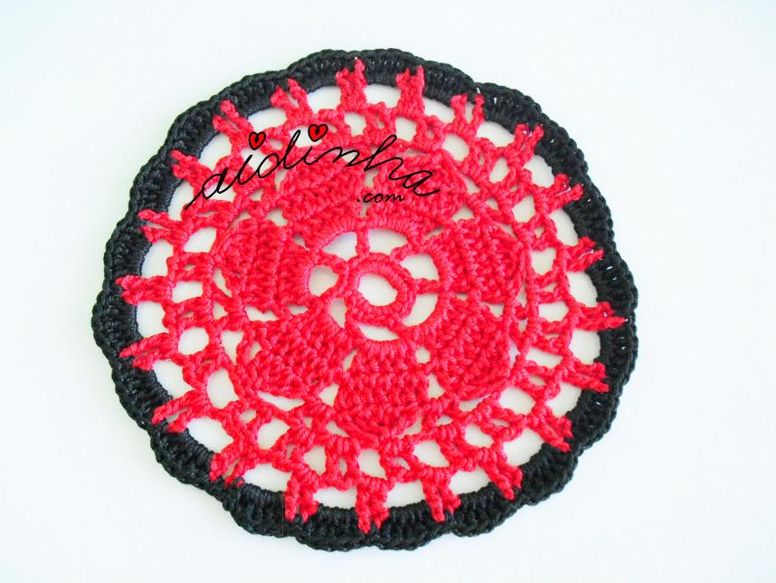 Porta copos de crochet em preto e vermelho