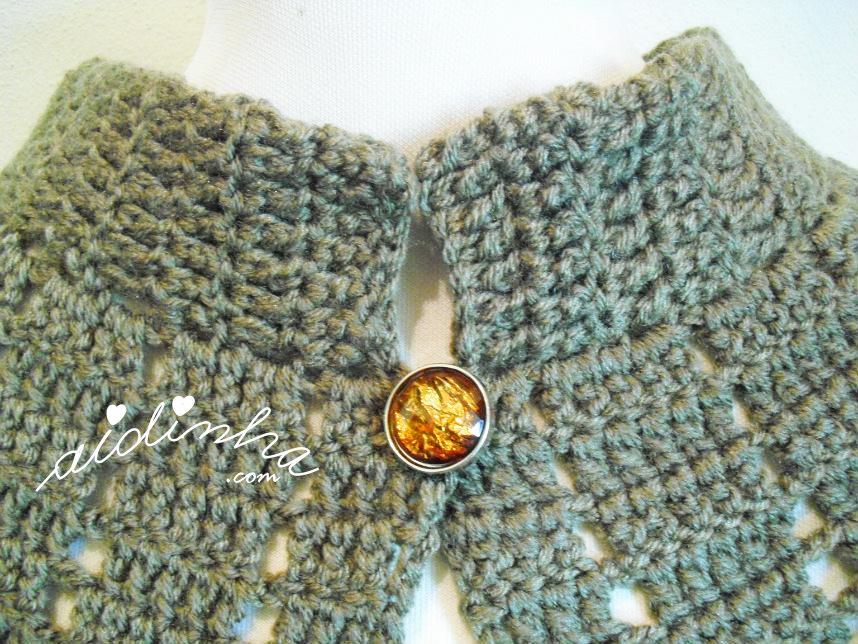 Foto do decote da pelerine de crochet castanha