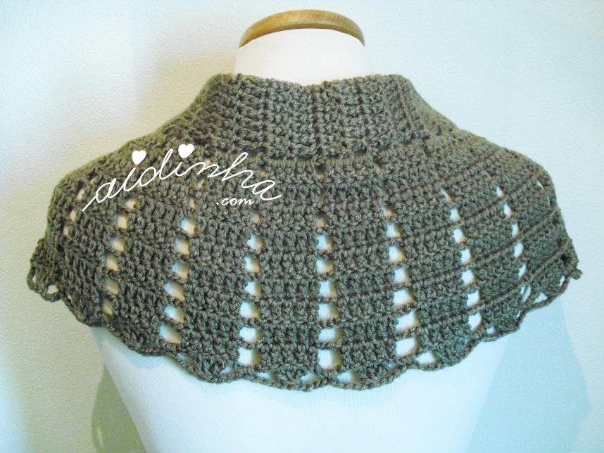 Foto da parte detrás da pelerine de crochet, castanha