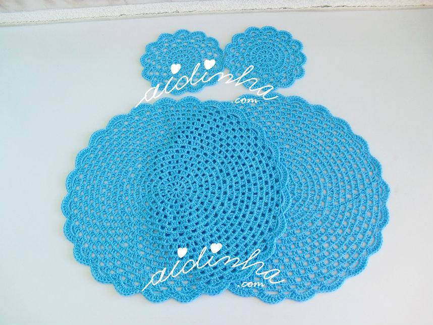 Conjunto de individuais e porta-copos, em crochet, na cor turquesa
