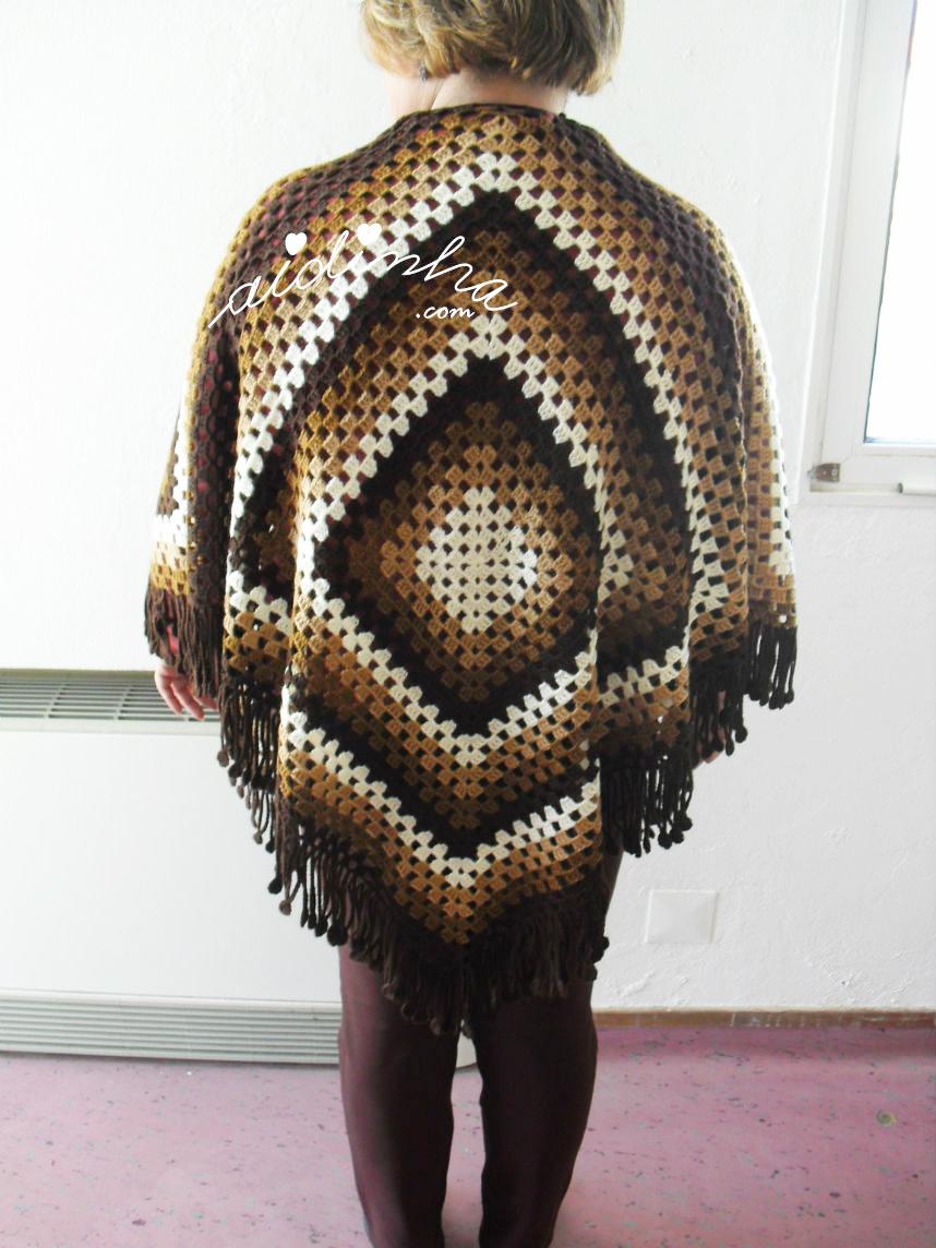 Foto da parte detrás da capa/poncho de crochet, vestido