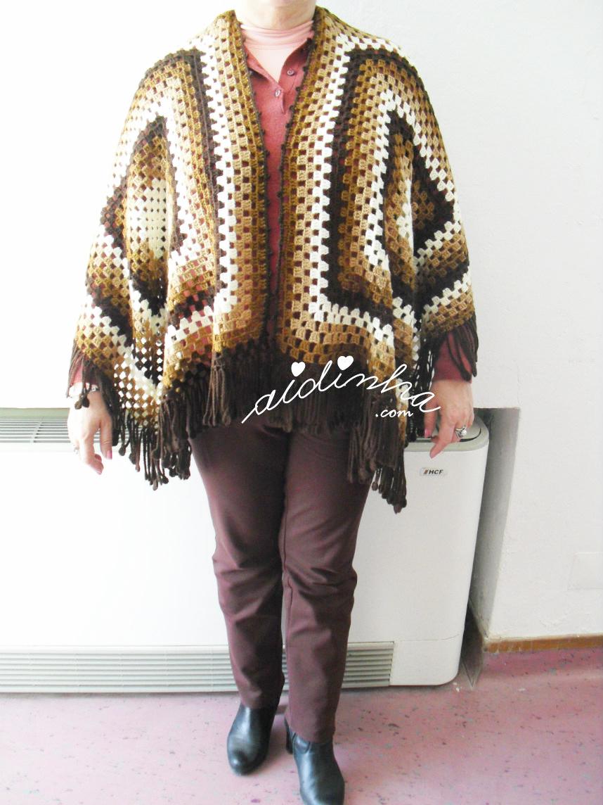 Foto da capa/poncho de crochet, castanho e vestido da parte da frente