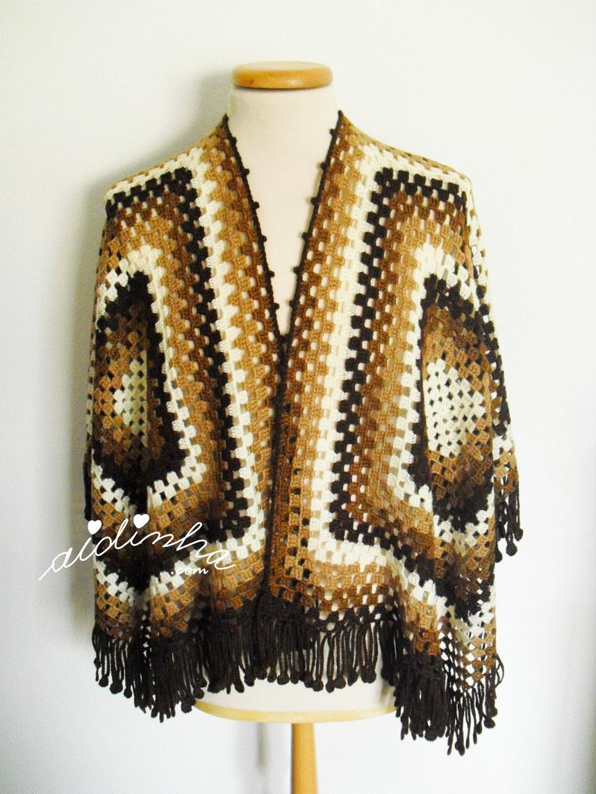 Capa/poncho de crochet, em tons de castanho