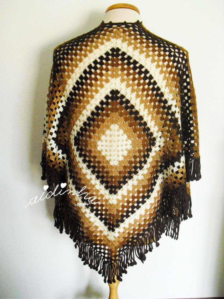 Foto da parte detrás da capa/poncho em crochet