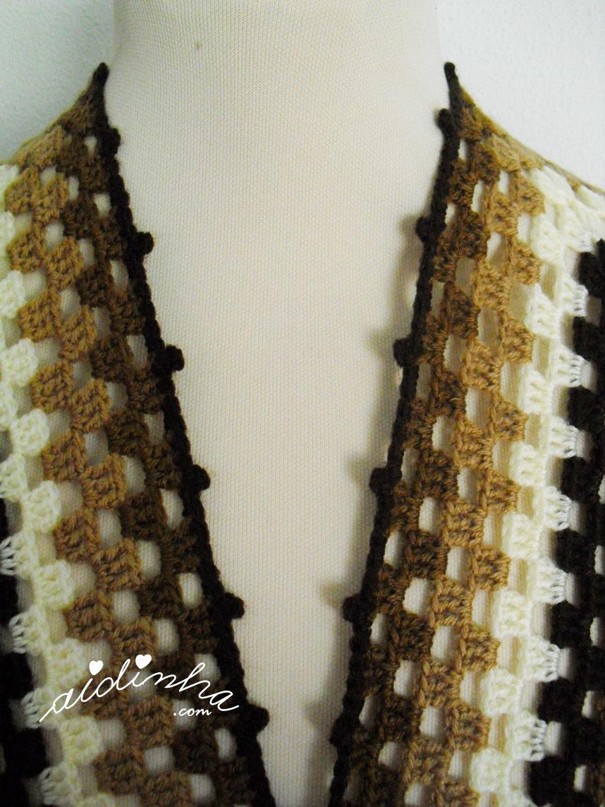Foto da parte do decote da capa/poncho de crochet