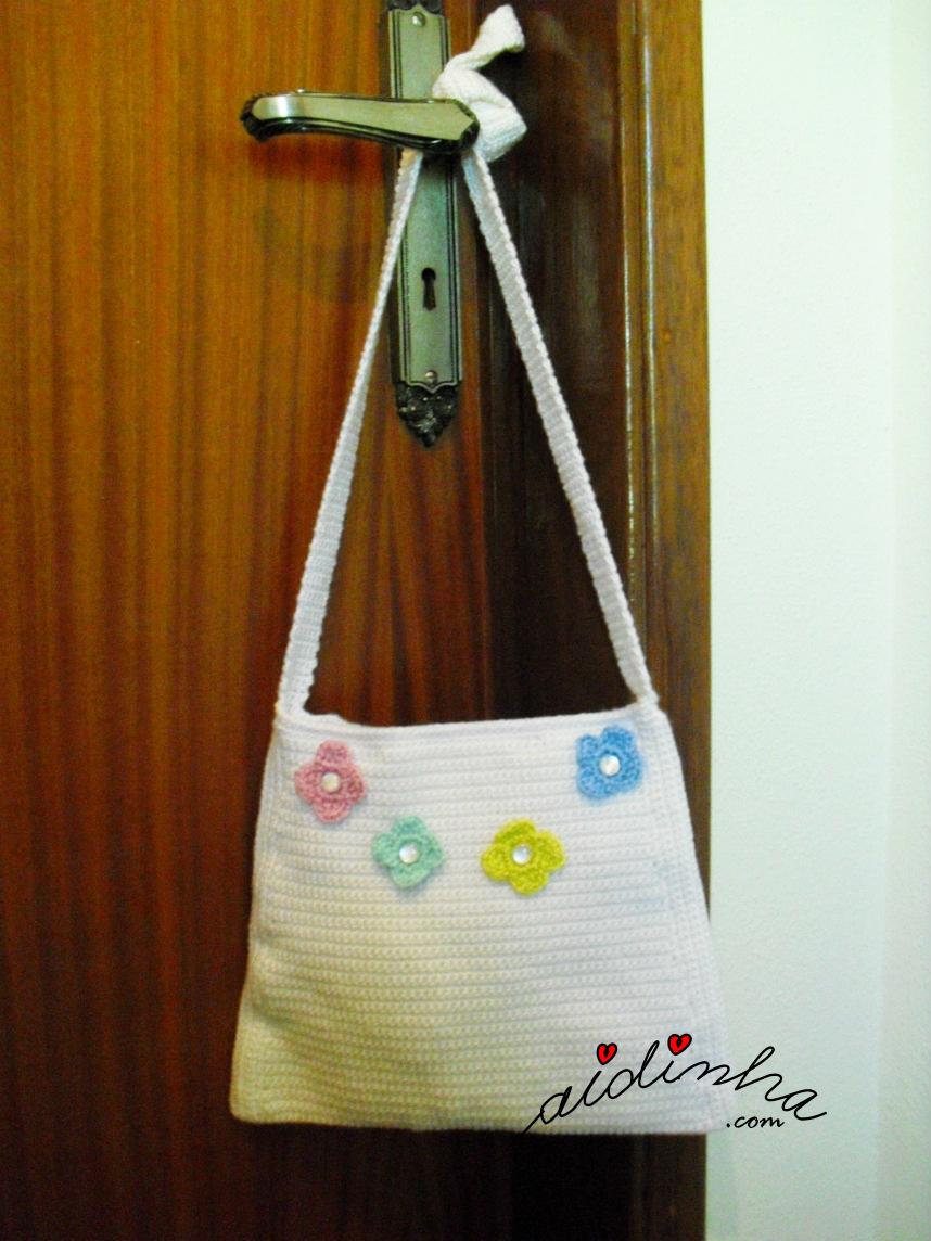 Outra foto da bolsa de crochet, pérola com flores aplicadas