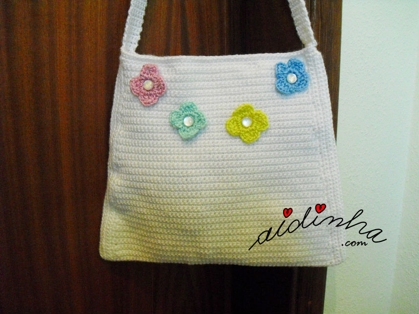 Bolsa de crochet, pérola com flores aplicadas