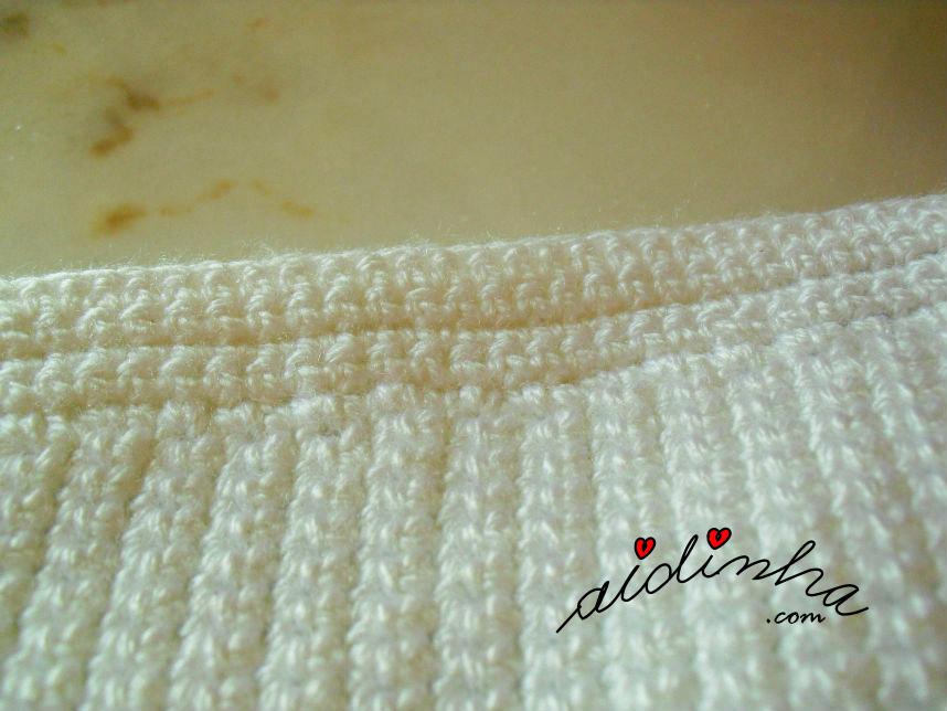 Foto do acabamento de lado da bolsa pérola de crochet