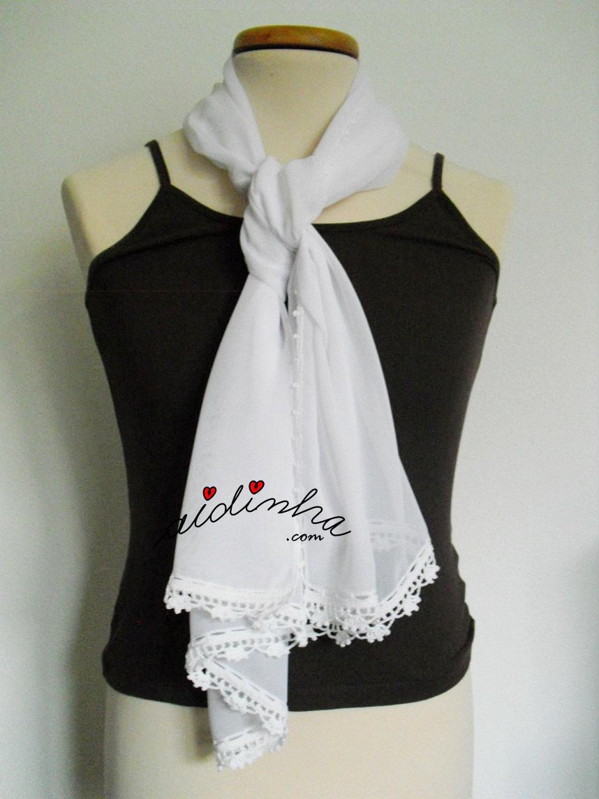 Outra imagem de como colocar esta écharpe costumizada com crochet