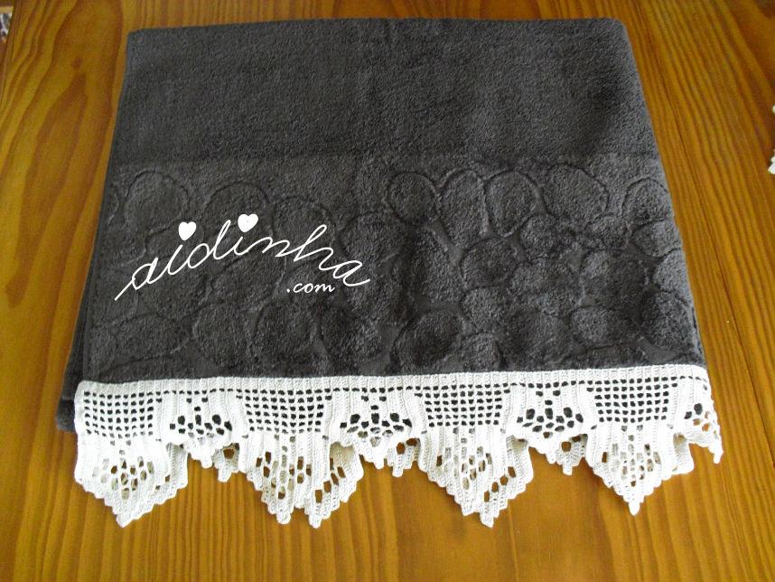 Foto do toalhão castanho, com barra de crochet